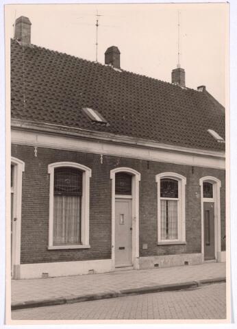 025104 - Panden Lange Nieuwstraat 135 (rechts) en 137 (links) in december 1965