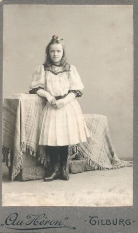 650893 - Gerritsen-Smits, Rosalie. Geboren in 1866 in Tilburg.Haar moeder was mw. Isabella van den Heuvel-Gerritsen. Deze jonge dame had (later) een modehuis op de Oude Markt in Tilburg.