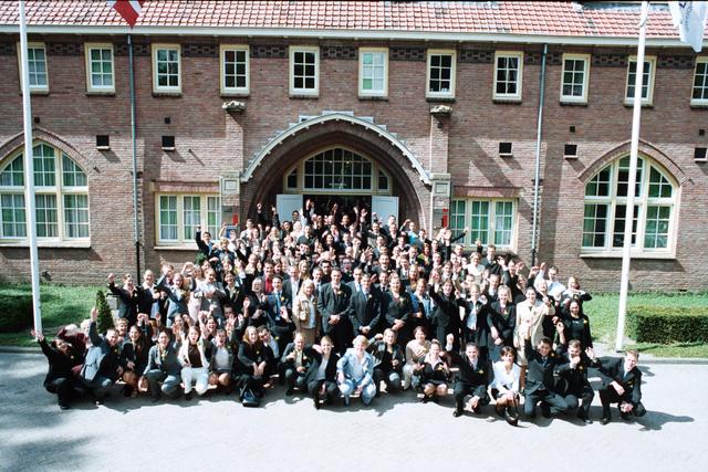1237_003_295_001 - School. De Rooi Pannen. Groepsfoto diploma uitreiking afdeling horeca.