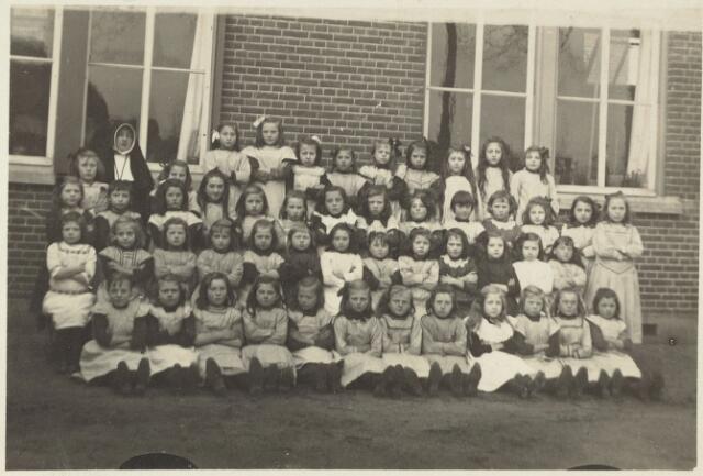 051371 - Basisonderwijs.  Klassenfoto r.k. lagere school. Meisjesschool Heikant.