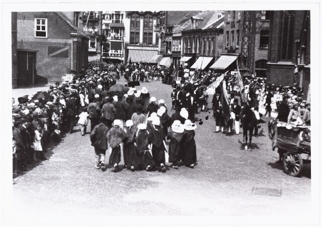 008598 - Folkloreschouw op 21 juli 1929 op de Oude Markt op de hoek van de Heikese kerk voor het stadhuis, gefotografeerd door Henri Berssenbrugge (1873-1959).  Onderdeel van reportage, zie nrs. 8583 t/m 8598.
