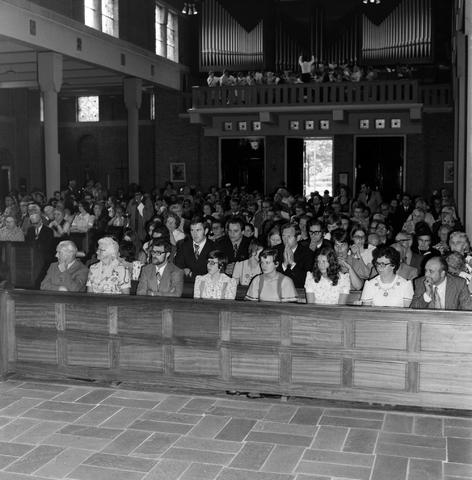 1237_006_246-3_006 - Kerk. Religie. Heilige mis.   De moderne wijding van Pater J. Wijnen door bisschop Bluyssen in juni 1973.