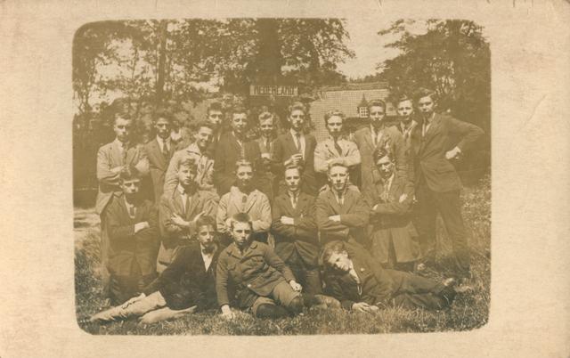 """655506 - Josef Missiehuis. Een groep scholieren, studenten aan het Mill Hill college, op vakantie . Achter hen, in de boom, hangt een bordje met """"Nederland"""" ,"""
