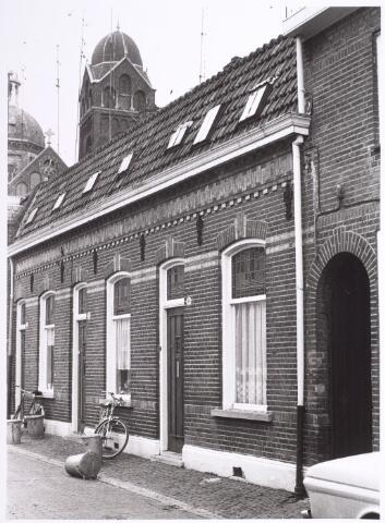 014296 - Panden St.-Annastraat 32 (links) en 34 (rechts). Op de achtergrond de kerk van de parochie St.-Anna