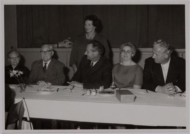 041172 - Vakbeweging. Op 31 augustus 1963 vierde de R.K. Bond Werkmeesters afd. Tilburg het 50-jarig bestaan. 1e een Solemnele H. Mis in de parochiekerk st. Jozef. 2e een feestelijk ontbijt in het parochiehuis aan de Veemarktstraat. 3e herdenkingsbijeenkomst in het Chicago-Theater. 4e Officiële receptie in de zalen van café-restaurant Th. van Broekhoven (Smidspad 42) 5e Feestavonden op 7 t/m 9 september 1963 met uitvoering Operette 'Rumoer in Weinbach' in de Stadsschouwburg met een afsluitend diner. Foto vlnr: mevr. Smulders, Jef Smulders ere voorzitter, staand mevr. Eraders, mevr. van Hal, dhr. van Hal.