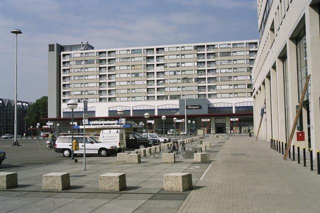TLB023000915_001 - Flats en geparkeerde auto's op het Koningsplein.