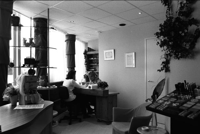 1237_010_757_015 - Ondernemers. Verzorging. Het interieur van Beautysalon Galani aan de Willem de Rijstraat in 1997. De eigenaresse verzorgt een manicure bij een dame.