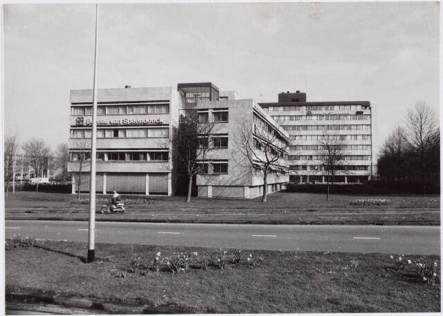 029695 - Bureau van Spaendonck en de Kamer van Koophandel aan het Reitseplein.