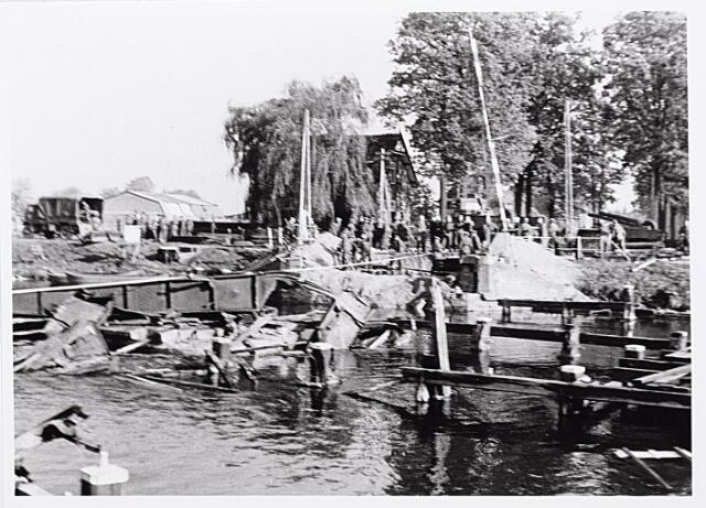 012340 - WO2 ; WOII ; Tweede Wereldoorlog. Vernielingen. Opruiming van de vernielde draaibrug bij de Bosscheweg. Op deze plaats werd een baileybrug gelegd, zodat het verkeer weer over het kanaal kon richting 's-Hertogenbosch