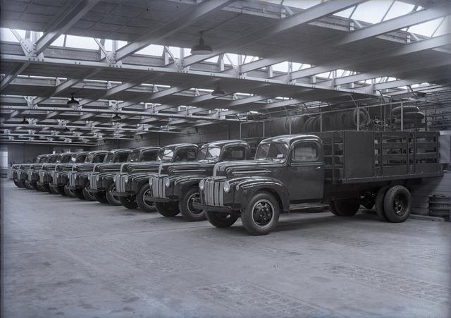 654701 - Middenstand. Garage Knegtel. Tien (nieuwe) vrachtwagens Ford model 598T geparkeerd in de garage. (De wagens zijn nog niet voorzien van nummerborden)