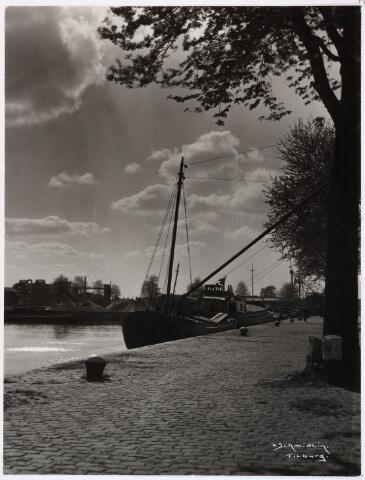 028493 - Piushaven gezien vanaf richting Lancierstraat naar de richting Broekhoven; op de achtergrond de graan silo van Schraven-Eijsbouts