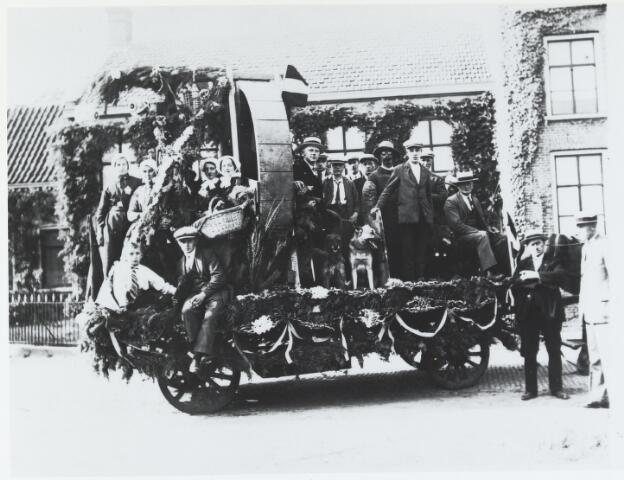 055721 - Een wagen uit de optocht met een boterkarn, die door een hond werd aangedreven, tijdens het 25-jarig jubileum van koningin Wilhelmina.