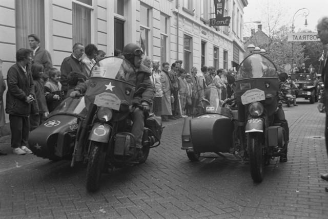 TLB023000115_003 - Toeschouwers en militaire voertuigen uit de 2e Wereldoorlog, welke hebben deelgenomen aan de Bevrijdingsrit, tijdens de parade ter gelegenheid van de Bevrijdingsfeesten