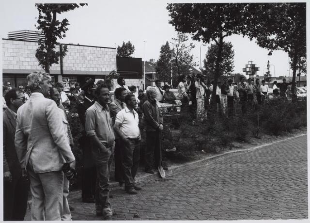 026169 - Grote publieke belangstelling op het Wagnerplein voor de sloop van garage Oppermans. Op het moment dat een kraan van Van Hees het woonhuis begon af te breken, claxonneerden veel automobilisten