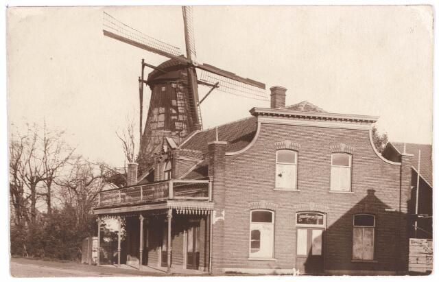 030549 - Rosmolenplein. Veldhovensemolen met café, waarschijnlijk voor de afbraak van de molen.