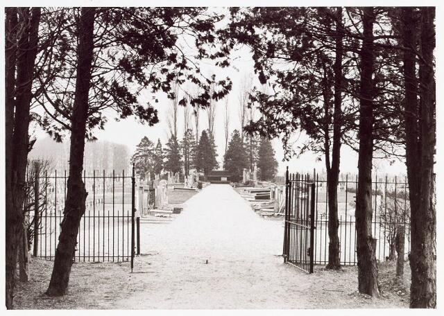 034102 - Poort aan de ingang van het Kerkhof aan de Jac van Vollehovenstraat, voorheen Heikantsebaan