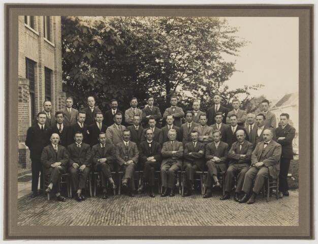 078651 - Groepsfoto uitsluitend mannen voor Patronaatsgebouw te Kaatsheuvel.  In het midden met strikje de heer (Meester) Teurlings.
