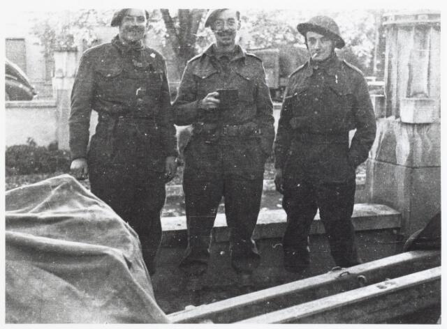 012511 - WO2 ; WOII ; Tweede Wereldoorlog. Bevrijding. Drie Schotse infanteristen nemen even de tijd voor een kop koffie en een sigaretje