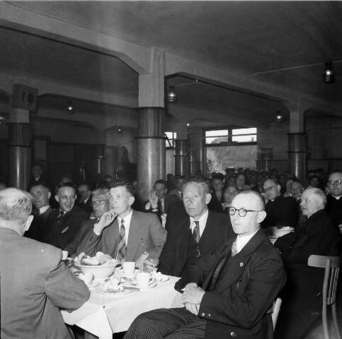 050472 - 50-jarig bestaan KAB en 25-jarig bestaan Kajotters.Taak: bundeling van activiteiten van de diverse R.K. Werkliedenverenigingen aanvankelijk in het federatief verband van de Bossche Diocesane Werkliedenbond, later als Tilburgse afdeling van de landelijke arbeiders- en vakbeweging op katholieke grondslag, tot de fusie daarvan met het N.V.V. in het F.N.V.