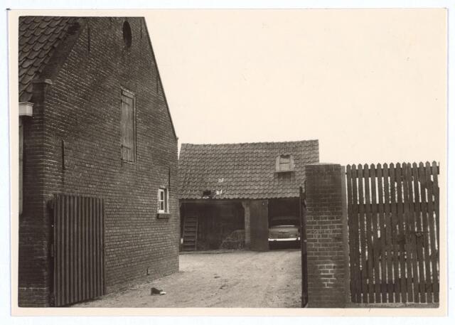 026726 - Schuurtje annex garage achter de boerderij aan de Stokhasseltkerkstraat 29 in maart 1963