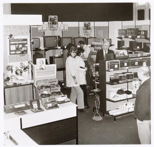 039333 - Volt. Zuid. Hulp-afdelingen,  De personeelswinkel in het voormalige hoofdkantoor van Volt aan de Voltstraat in de periode 1970 - 1975. Rechts op de voorgrond  hoogstwaarschijnlijk Piet Prinsen en schuin daarboven Hein Wagener, medewerker van de personeelswinkel..