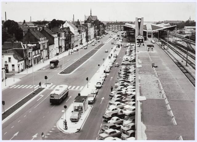 031466 - Panoramafoto. Overzicht station en Spoorlaan richting garage Knegtel, Noordhoek. Met twee benzinestations van BP en ARAL. Op de achtergrond de kerk van de Noordhoek. Autobus op de voorgrond en meerdere autobussen op de achtergrond.