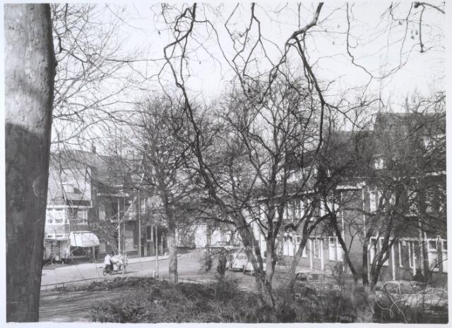 024577 - Korvelplein, met links op de achtergrond de Diepenstraat