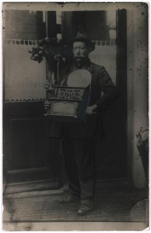 006381 - Petrus van Keulen, alias Peer Luijben, geboren te Tilburg op 3 september 1855, die naar de volksmond eter van hondenvlees was, die met zijn klagend kreunend handorgeltje rondging, doch overigens van afval en drank leefde. Foto: Peer in goeien doen.