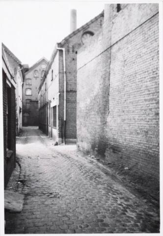 033551 - Doorkijk naar (fabrieken) tussen nummers 22 en 24 naast Koerenbeurs; op de achtergrond een gebouw dat ligt aan het Pieter Vreedepad, waarin een offset drukkerij is geweest