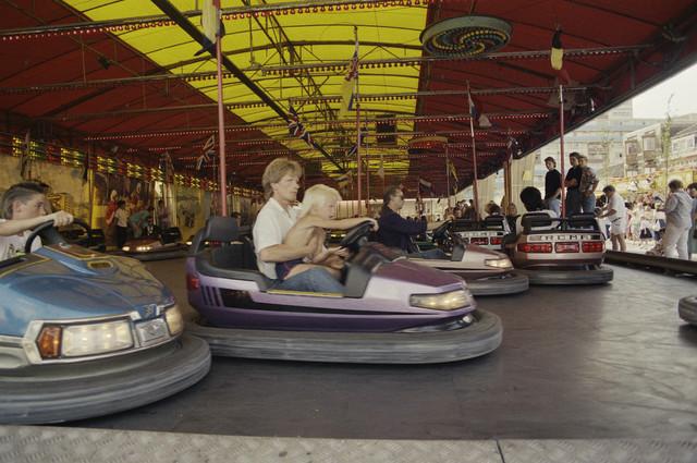 TLB023000067_003 - Botsauto's met bezoekers op de kermis. De Tilburgse Kermis is de grootste kermis in de Benelux. Er staan jaarlijks tussen de 230 en 240 attracties uit binnen- en buitenland, in een 4,5 kilometer lang lint door het centrum van de stad. De kermis trekt jaarlijks meer dan een miljoen bezoekers en is daarmee een van de best bezochte evenementen van Nederland.