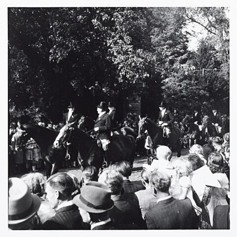 012196 - Tweede Wereldoorlog. Ruiters rijden het Wilhelminapark in tijdens een bevrijdingsfeest op 9 mei 1945