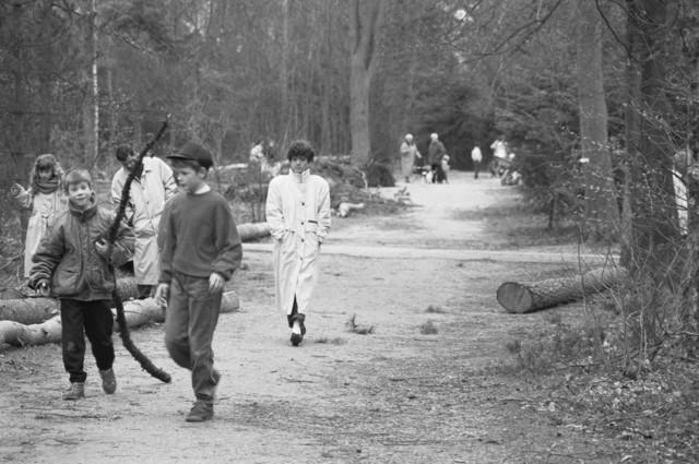 """TLB023000139_003 - Wandelend publiek met kinderen in Stadspark Wandelbos. Dit park ligt in de nabijheid van nieuwbouwwijk de Reeshof en is ontworpen door landschapsarchitect Leonard Springer. Foto gemaakt in kader Reeshof """"gezond beleid""""."""