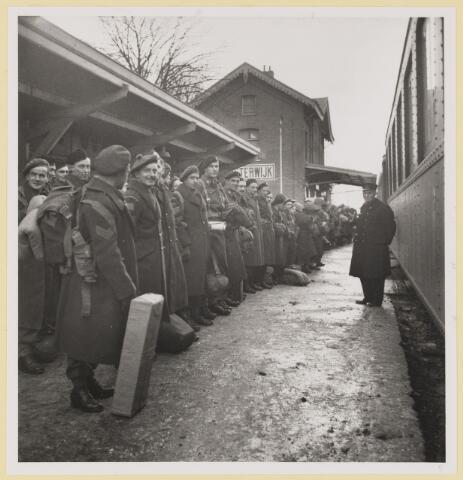 077533 - Tweede wereldoorlog 1940-1945. Bevrijdingsfoto: Engelse en Canadese troepen komen aan op het station in Oisterwijk, 31 december 1944.