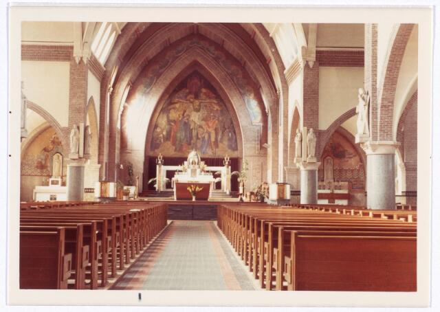 016561 - Interieur van de kerk van de Heilige Familie, behorende tot de parochie Broekhoven II