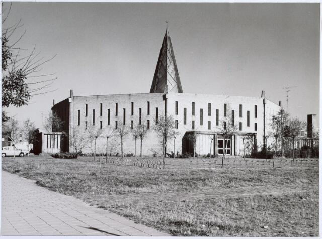 014594 - Kerkvan de parochie H. Pastoor van Ars aan de Beneluxlaan. Vanwege zijn specifieke vorm werd het gebouw in de volksmond Citroenpers genoemd. Nadat het gebouw in 1977 zijn functie als kerk had verloren, werden er na een interne verbouwing ondermeer een filiaal van de Openbare Bibliotheek en een wijkcentrum in gehuisvest