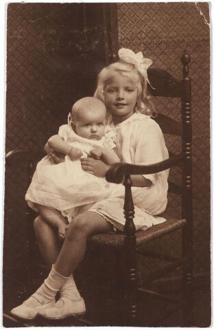 005849 - Agnes (Jes) Bernardine Ignatia M. van Spaendonck geboren Tilburg 13 juli 1912 met zittend op haar schoot haar zusje Adeline Lieneke) Bernardine van Spaendonck geboren Tilburg 14 mei 1917, kinderen van Gerard van Spaendonck en Elonia Janssens.