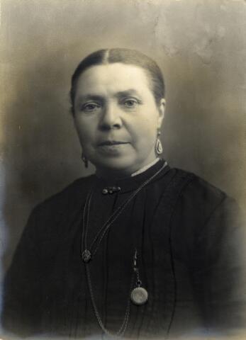 092712 - Johanna Versteden, geboren op 12 juni 1862 te Udenhout als dochter van slager Peter Versteden en Adriana Mols. Johanna trad op 7 mei 1888 te Udenhout in het huwelijk met dienstknecht Martinus Pijnenburg. Zij overleed op 19 november 1937 te Udenhout in de leeftijd van 75 jaar.