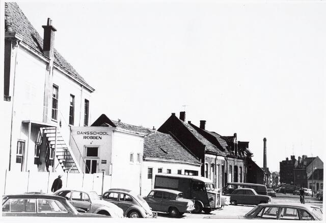 032346 - Parkeerterrein en nieuw stadhuis aan het Stadhuisplein zie documentnummer 32339 schoorsteeen op achtergrond is van BEKA