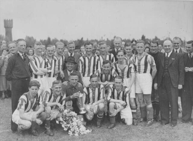 065791 - Voetbal. De Tilburgse voetbalclub Willem II op het terrein van club E.V.V. aan de Aalsterweg in Eindhoven. Op de achtergrond een watertoren.