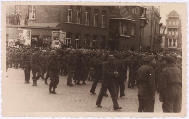 012753 - Tweede Wereldoorlog. Koninklijk bezoek. Koningin Wilhelmina temidden van het korps Stoottroepen der Binnenlandse Strijdkrachten op de Markt tijdens haar bezoen op 18 maart 1945 aan bevrijd Tilburg