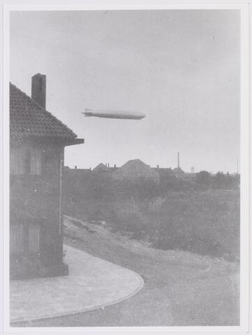 041563 - Luchtvaart. De Graf Zeppelin en andere zeppelins zoals de Hindenburg vlogen  dikwijls boven Tilburg op weg naar America zoals hier in 1933. De heer Reichgelt waarvan deze foto afkomstig is woonde J.P. Coenstraat no. 72.  de J.P. Coenstraat en de Ant. van Diemenstraat waren  nog niet verhard (1930-31)