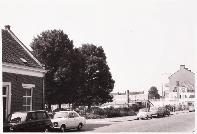 033348 - De Bosscheweg, vanaf 1 januari 1969 Tivolistraat. Links van het braakliggend terrein de ingang van de Lanciersstraat, nu Dunantstraat. Rechts garage Lepelaars. Op het braakliggend terrein is later een Rabobank gebouwd, nu bekend als de Kunstuitleen aan de Tivolistraat 50.