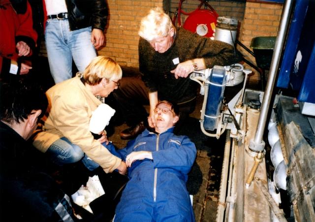 """1696132 - Het Nederlandse Rode Kruis afdeling Tilburg. Een oefening bij een ijsbaan in 1998. Het """"slachtoffer"""" heeft met zijn hand in de ijsmachine gezeten."""