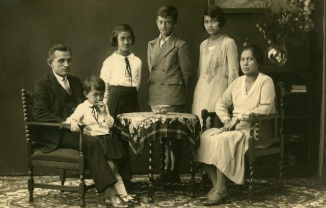 071503 - Cornelius Gerardus van Beurden werd geboren te Tilburg op 10 april 1888 als zoon van Hendrikus van Beurden en Gerardina van Iersel. Kees van Beurden, in zijn jeugd loopjongen van beroep, vertrok in 1910 naar de Waalkazerne in Nijmegen en kwam later in N.O.Indië terecht. Daar trouwde hij met Rika Charlotte Muller, geboren te Djokjokarta op 7 december 1896. Van 16 maart tot 6 september 1932 was Kees met zijn gezin op verlof in zijn geboortestad. Zij woonden daar in de Boomstraat. In september 1932 keerde het gezin terug naar Soerakarta. De foto werd genomen tijdens het ambtshalve verlof in Nederland. Van links naar rechts Kees van Beurden, geboren te Tilburg op 10 april 1888, jongste dochter Constance Eveline (Pop) van Beurden, geboren te Magelang op 10 oktober 1927, Johanna Henrica (Annie) van Beurden, geboren te Malang op 13 mei 1921, François Louis (Frans) van Beurden, geboren te Malang op 23 augustus 1918, Gerardina Paulina (Dina) van Beurden geboren te Djokjokarta op 21 februari 1916 en Rika Charlotte Muller geboren te Djokjokarta op 7 december 1896.