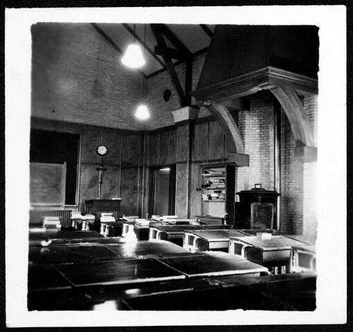 055077 - Tweede Wereldoorlog. Studiezaal van de studenten van de missionarissen van het H. Hart (Bredaseweg Tilburg), door oorlogsomstandigheden tijdelijk ondergebracht in Hilvarenbeek.