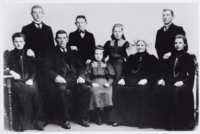045940 - De familie De Brouwer-van Roessel. Zittend v.l.n.r. Cato de Brouwer, later ingetreden bij de zusters van Schijndel, Adriaan de Brouwer, Truda de Brouwer, Anna Maria van Roessel en Greta de Brouwer. Staande v.l.n.r. Piet, Jan, Marie en Sjef de Brouwer.