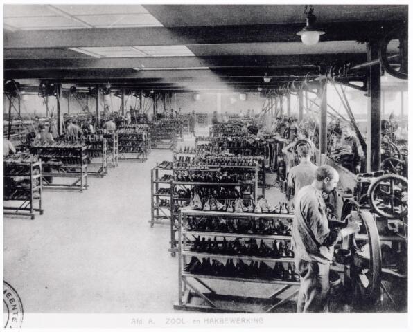 038420 - Nijverheid. Schoen- en lederindustrie. Interieur van N.V. J. van Arendonk's schoen- en lederfabrieken afdeling A zool- en hakbewerking