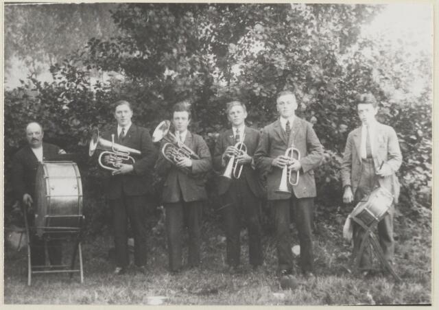 """059231 - Bandje uit fafare """"Euterpe""""v.l.n.r.  A.v.Dongen,J.Beunis,G.Netten,P.Timmermans,L.Timmermans en M.Netten."""