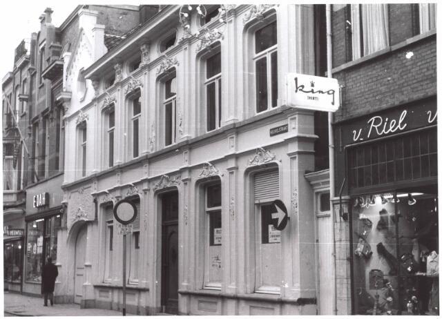 021716 - Woonhuis van de familie Mutsaerts - Kersten in de Heuvelstraat, met links een filiaal van de EDAH en rechts de kledingzaak van Van Riel
