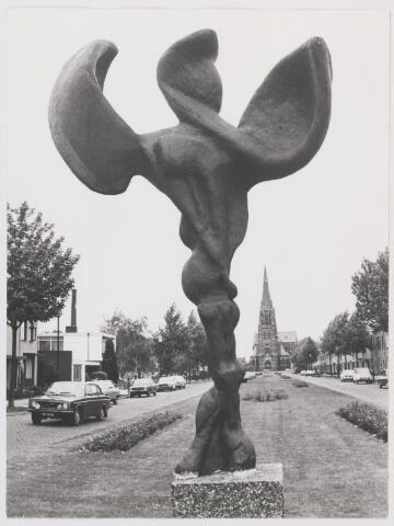 """081776 - Kunst. Het beeld """"Groei en Welvaart"""" ook wel het wethoudertje genoemd heeft lang in de Mariastraat in Rijen gestaan"""